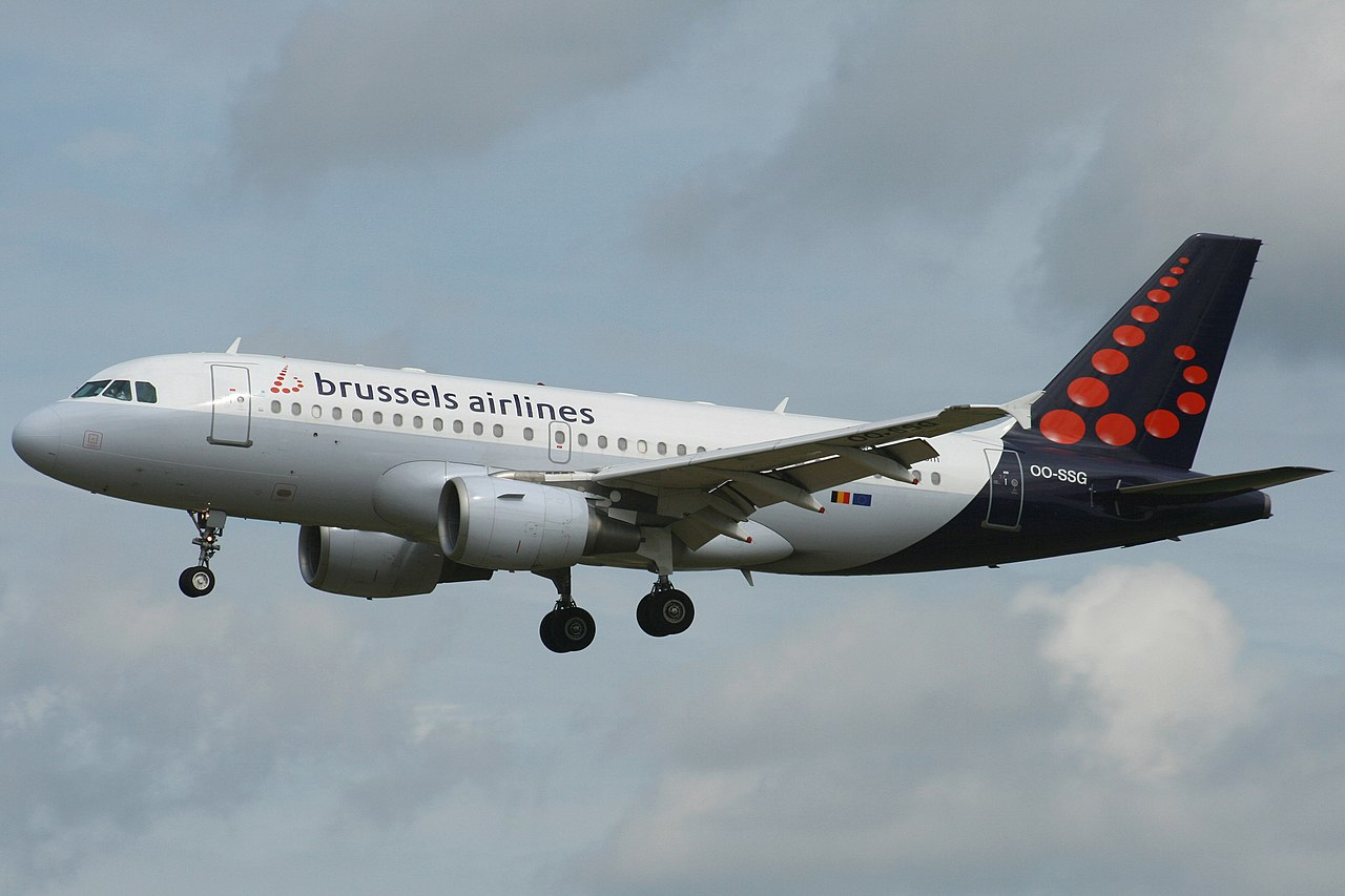 1280px-Brussels_Airlines_A319-112_(OO-SSG)_landing_at_Brussels_Airport_(1)